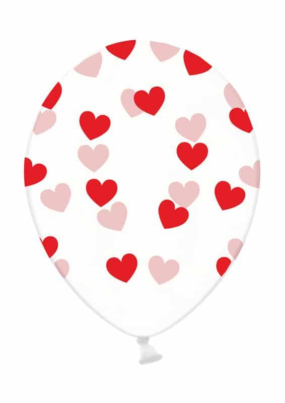 Punaiset sydämet kirkkaassa ilmapallossa