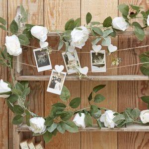 Köynnös valkoisilla ruusuilla