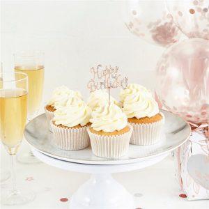Ruusukultainen timanttikoristeltu kakkukoriste