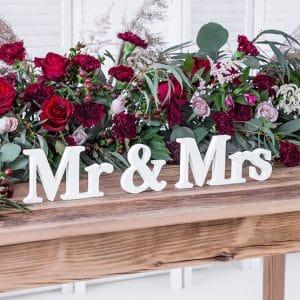 Mr & Mrs valkoinen puuteksti