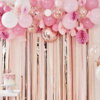 Pinkki ilmapallokaari tasseleilla ja hunajakennoilla