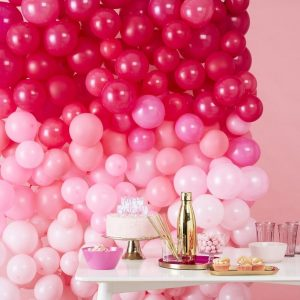 Pinkki liukuvärjätty ilmapalloseinä