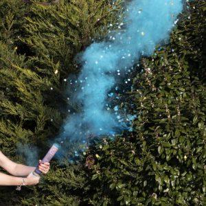 KOnfettitykki sinisellä savulla
