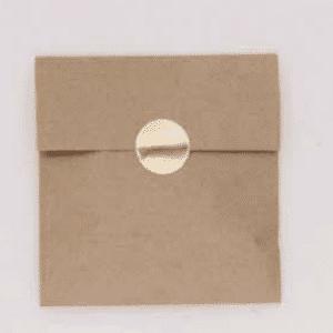 Ruskeat paperipussit tarroilla