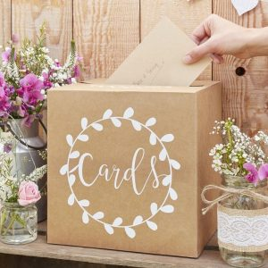Pahvinen korttilaatikko valkoisin koristein